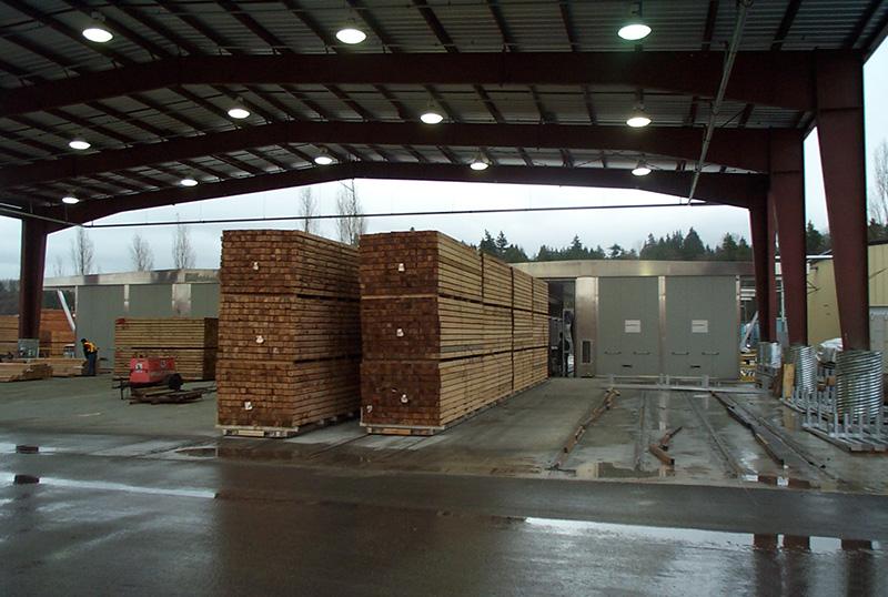Überdachte Holzstapel