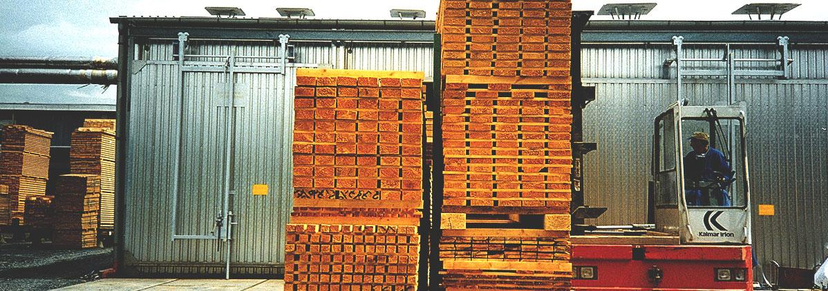 Holzstapel werden mit einem Gleiswagen transportiert
