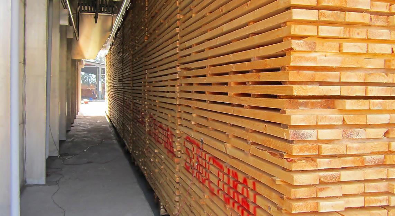 Ein großer Stapel Holz